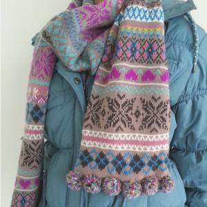Kuscheliger Schal mit fröhlich buntem Norweger-Muster